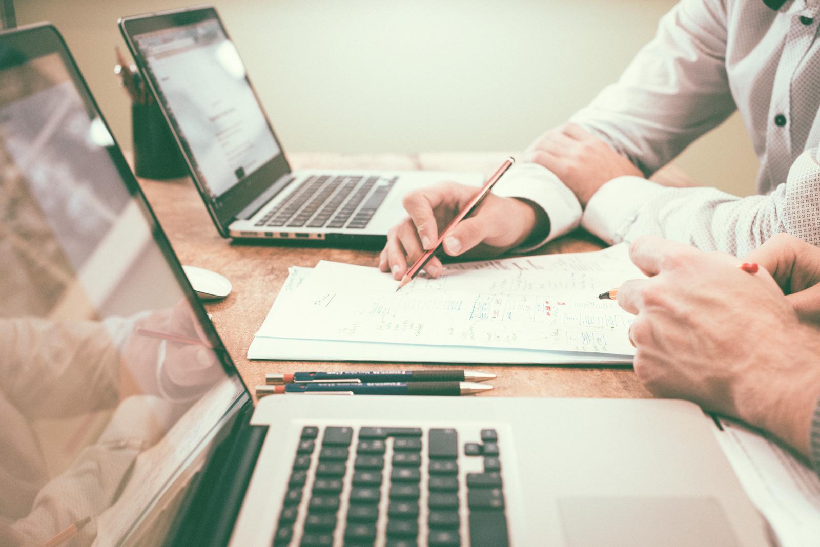 Zusammenarbeit an zwei Laptops